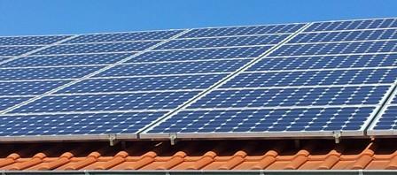 Solarzellen auf dem Dach - typisches Bild in Deutschland